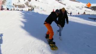 Jan de Witte krijgt sowboardles van Kraantje Pappie