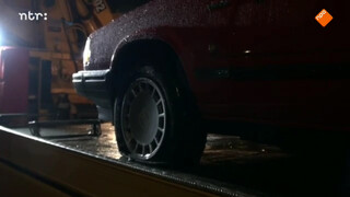 Vier lekke banden onder de auto van Danny