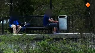 Openlijk heroïne spuiten op een treinstation