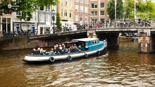 'Aan de Amsterdamse grachten' karaoken met toeristen - Prinsengrachtconcert 2016