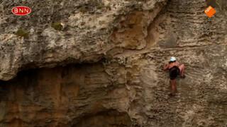 Gwen beklimt een steile wand