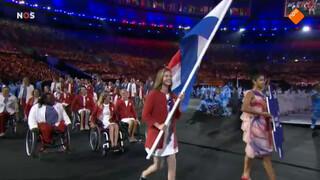 Trotse Marlou van Rhijn draagt de vlag binnen