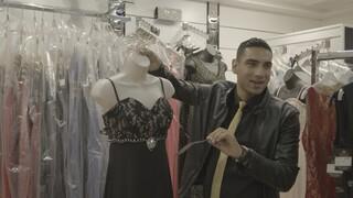 Sinan heeft zijn eigen 'winkel' op de Haagse Markt met avondkleding.