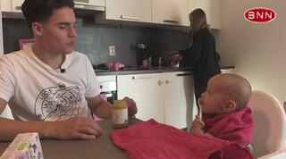 Phil noemt meisjesbaby 'hij' | Extra scene afl.2