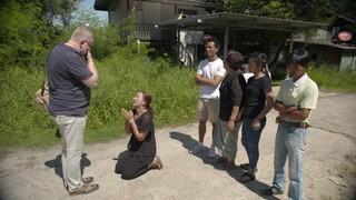 Thaise moeder op knieën om adoptievader Sander te danken