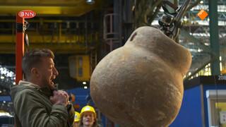 Gaat deze steen Jan's hoofd verpletteren?