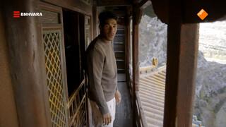 Maurice loopt door een Chinees hangend klooster