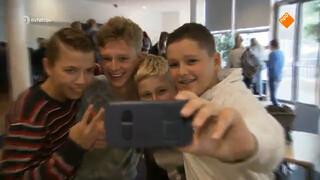 Steeds meer luizen bij pubers door selfies en knuffelgedrag