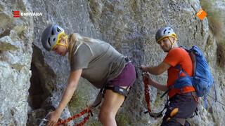 Geraldine klimt door de Rugova Vallei van Kosovo