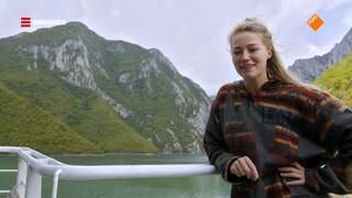 Geraldine vaart tussen de bergen over het meer van Komani
