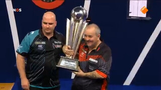 Debutant Bill Cross wint van dartlegende Phil Taylor