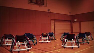 Dansende rolstoelen spelen basketbal