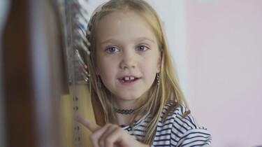 Gala speelt op haar harp