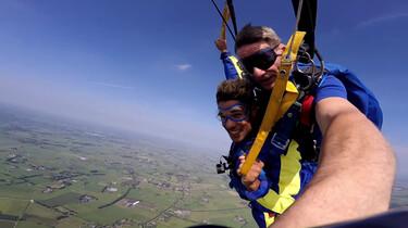Hoe maak je een parachutesprong?: Springen uit een vliegtuig op vier kilometer hoogte