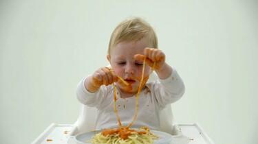 Zo eet een baby spaghetti met saus