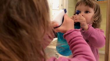 Peuters maken de spiegel schoon
