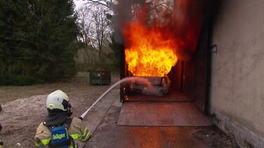 Hoe oefent de brandweer met blussen?