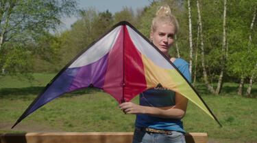 Hoe blijft een vlieger in balans?: Door zijn symmetrische vorm