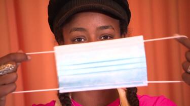 Hoe zet je een mondkapje op en af?: Vastklemmen bij je neus en alleen de elastiekjes aanraken