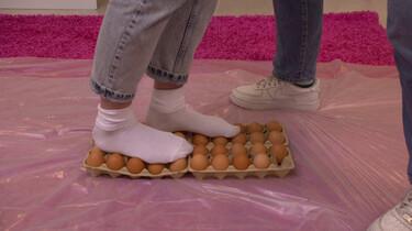 Kun je op eieren lopen?: Janouk en Sosha testen de kracht van het ei