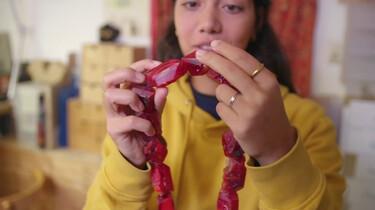 Hoe maak je sieraden van zwerfafval?: Plastic omsmelten tot edelstenen