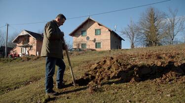 Graven naar  familieleden: Wat is er gebeurd met de gevangengenomen Bosnische moslims?