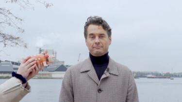 Hoe kan de presentator van Wie is de Mol zo serieus kijken?