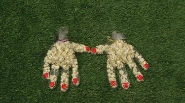Hand met popcorn maken