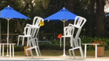 Dansende zwembadstoelen: Stoelen dansen