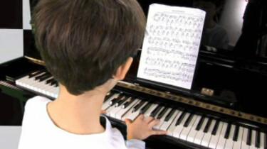 Ben speelt piano