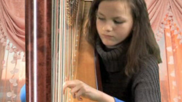 Inez speelt harp