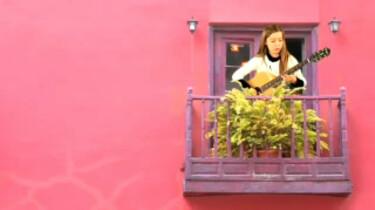 Mathilde speelt gitaar