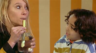 Zelf muziek maken met water: Een glazen pot, buisje en wat water. Meer heb je niet nodig!