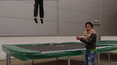 Waarom kun je op een trampoline zo hoog springen?