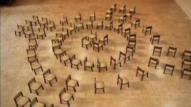 Houten stoelen dansen samen: Stoelen dansen