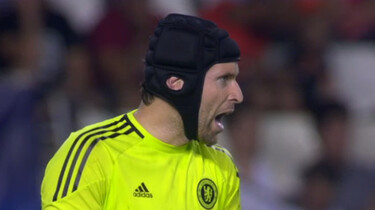 Is voetballen met een helm verplicht?