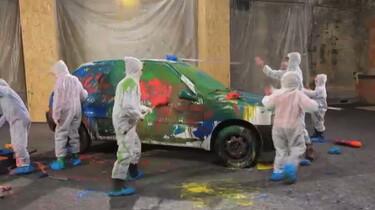 Kinderen verven een auto