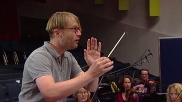 De dirigent van het Metropole-orkest