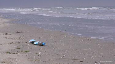 Plastic afval op het strand