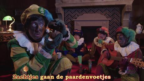 De pieten zingen een Sinterklaasliedje
