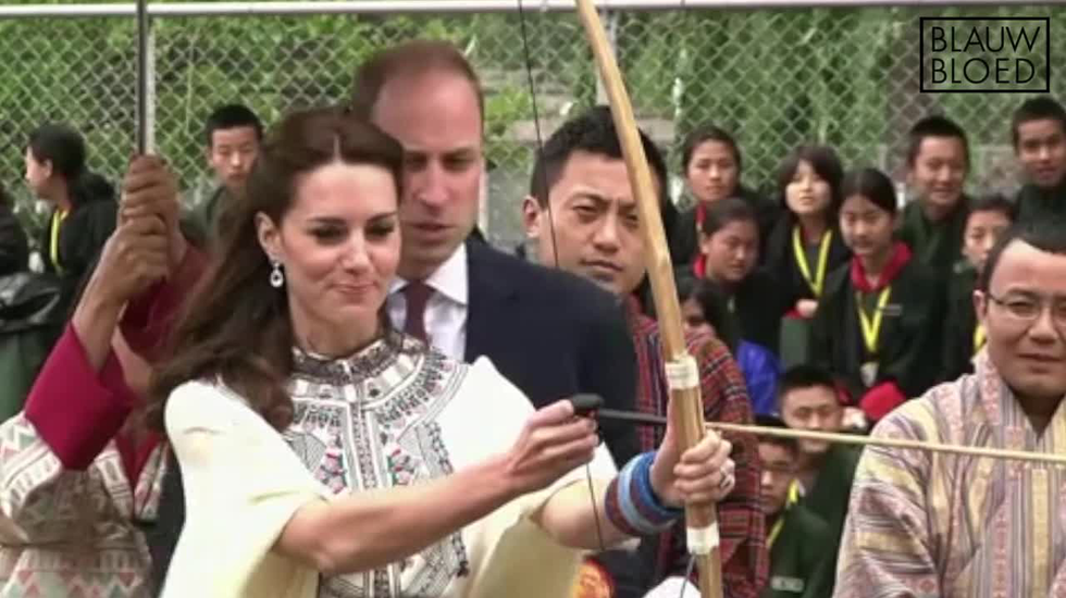 William en Catherine doen mee met boogschieten in Bhutan