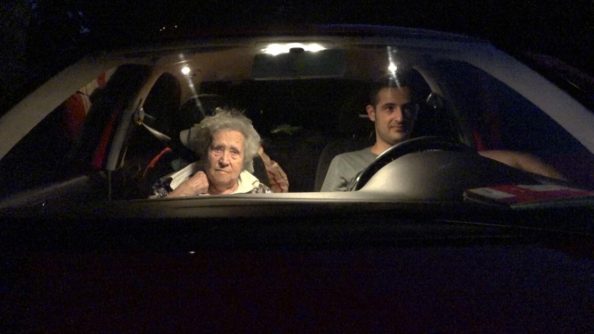 2doc - Ma  9 Mrt 20:25 - Oma En Chris & De Rode Auto